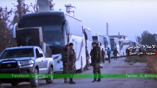 Những chiếc xe buýt chở các tay súng Hồi giáo cực đoan về tỉnh Idlib