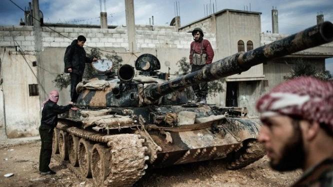 Các chiến binh thánh chiến al-Qaeda Syria và xe tăng chiếm được