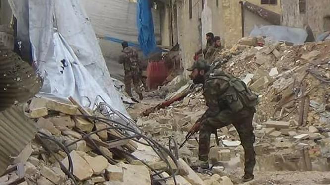 Binh sĩ quân đội Syria chiến đấu trên khu phố cổ Aleppo