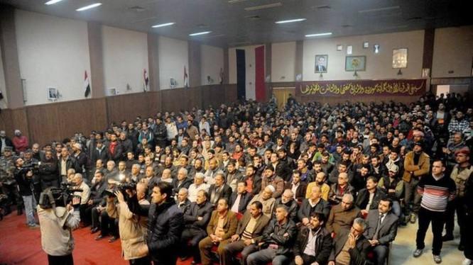Các cựu chiến binh Hồi giáo cực đoan ngồi nghe quyền và trách nhiệm dân sự sau khi nộp súng đầu hàng ở ngoại ô Damascus