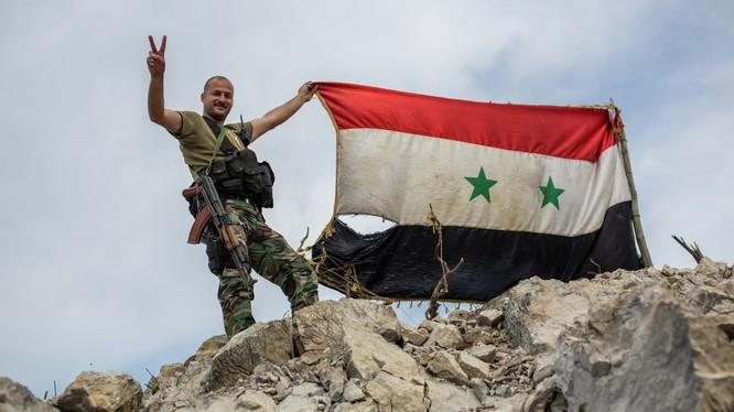 Binh sĩ với quốc kỳ Syria (ảnh minh họa)