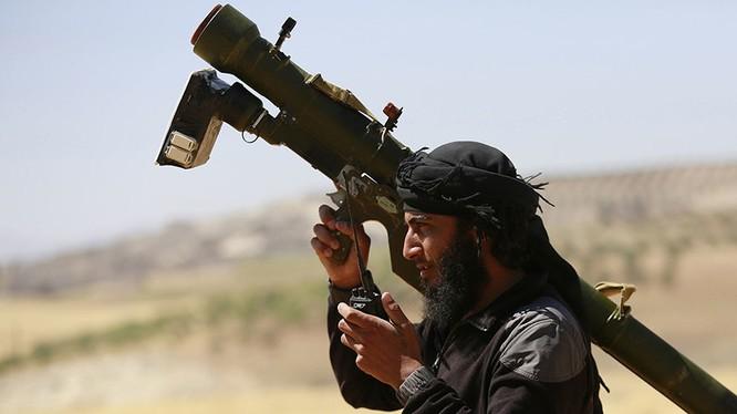 Chiến binh thánh chiến thuộc nhóm Al-Nusra (al-Qaeda Syria0 với tổ hợp tên lửa phòng không MANPAD ở Syria