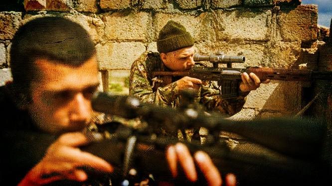 Binh sĩ quân đội Syria phòng thủ ở Deir ez Zor