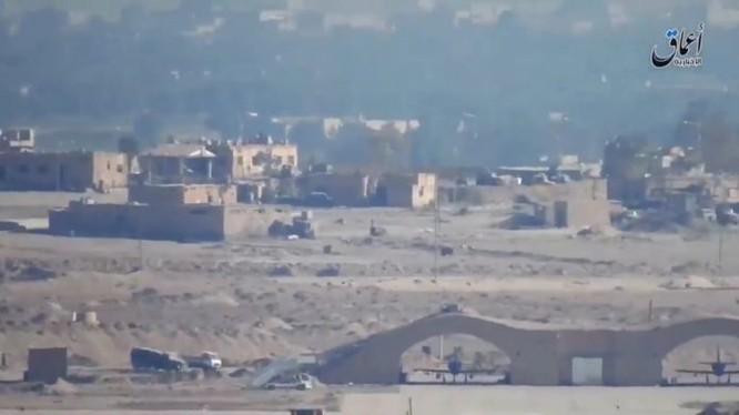 Chiến binh IS quay video ghi lại quang cảnh bên trong sân bay Deir ez Zor