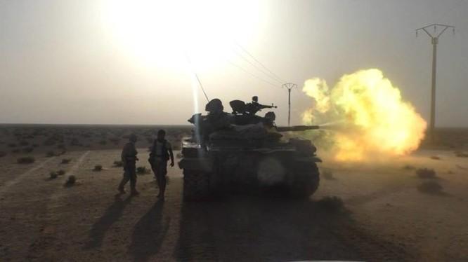 Xe tăng quân đội Syria phản kích trên chiến trường thành phố Palmyra
