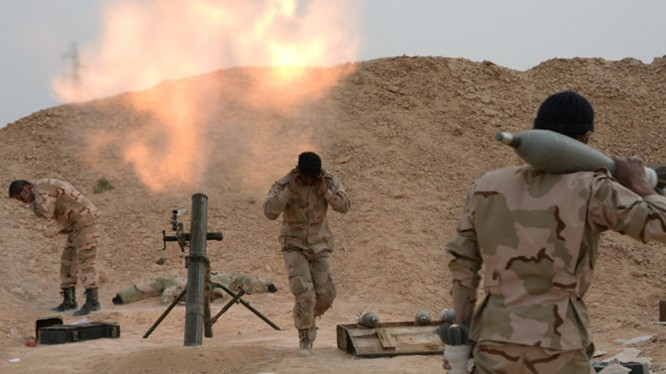 Một khẩu đội súng cối quân đội Syria đánh trả IS trên vùng sa mạc tỉnh Homs