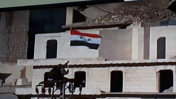 Người dân Aleppo cắm cờ Syria mừng chiến thắng