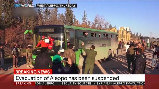 Các tay súng thánh chến lên xe buýt để ra khỏi Aleppo