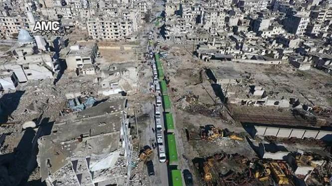Đoàn xe vận chuyển chiến binh và dân thường lại tiến vào Aleppo