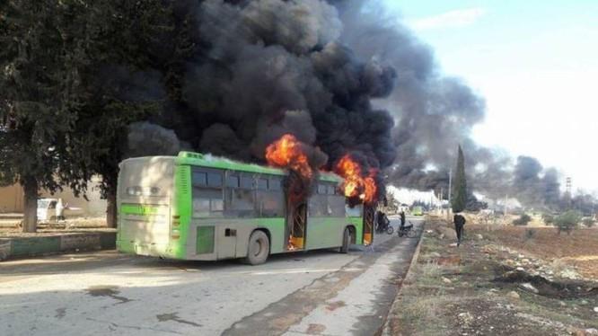 Chiếc xe buýt bị bắn hạ trên đường đến 2 thị trấn ở Idlib