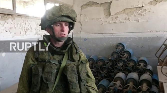 Công binh Nga rà phá bom mìn trong một trường học ở Aleppo