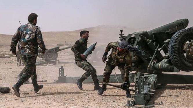 Một khẩu đội pháo binh Syria đang chiến đấu trên sa mạc tỉnh Homs