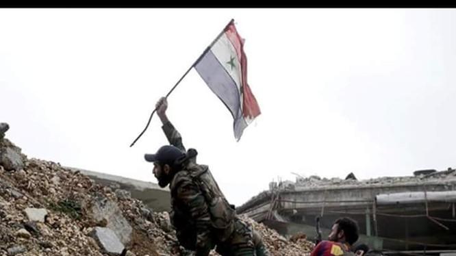 Binh sĩ quân đội Syria cắm lá cờ lên trận địa của mình ở Aleppo