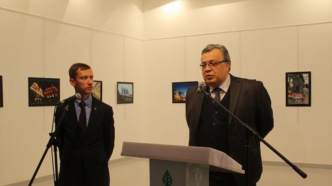 Đại sứ Nga, ông Andrei Karlov đang phát biểu trong buổi triển lãm
