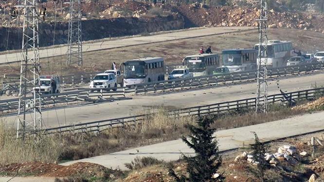 Đoàn xe chở thường dân từ 2 thị trấn bị bao vây ở Idlib