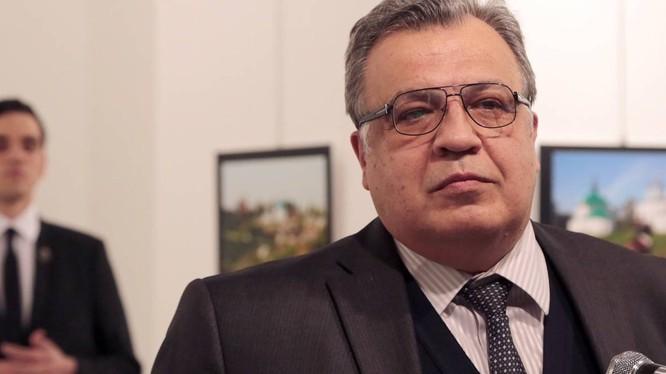 Đại sứ Nga Andrei Karlov, phía sau ông là thủ phạm vụ ám sát