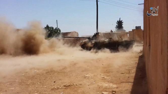 Xe thiết giáp của IS tấn công vào ngôi làng trên vùng sa mạc tỉnh Homs