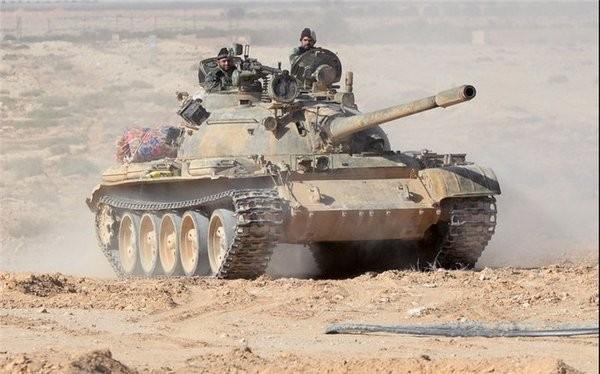 Xe tăng quân đội Syria trên chiến trường sa mạc tỉnh Homs