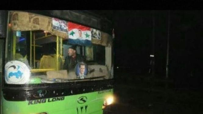 Xe buyt của chính quyền Syria di tản các chiến binh thánh chiến ở Aleppo