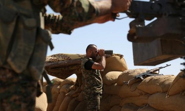 Một chỉ huy người Kurd đang quan sát chiến trường vùng nông thôn tỉnh Raqqa
