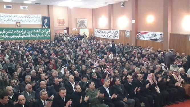 Những chiến binh thánh chiến đầu hàng và nộp vũ khí ở Daraa