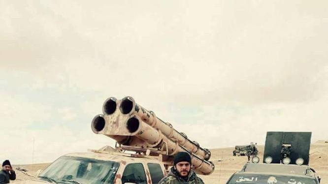 Binh sĩ quân đội Syria trên chiến trường sa mạc tỉnh Homs