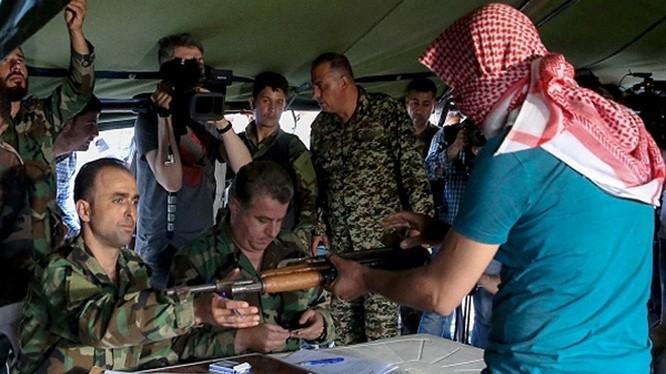 Chiến binh nổi loạn giao nộp vũ khí đầu hàng ở vùng ngoại ô Damascus