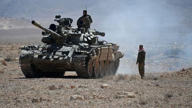Xe tăng quân đội Syria trên chiến trường miền Đông Aleppo