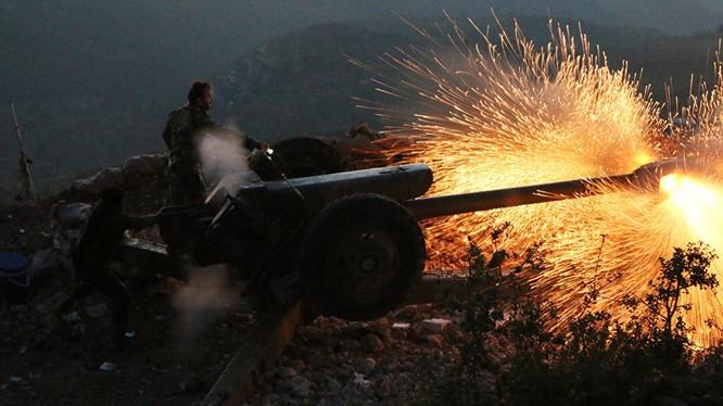 Binh sĩ quân đội Syria pháo kích trên chiến trường ngoại ô Damascus
