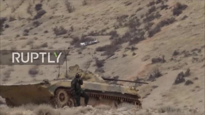 Xe thiết giáp quân đội Syria tấn công ở Wadi Barada