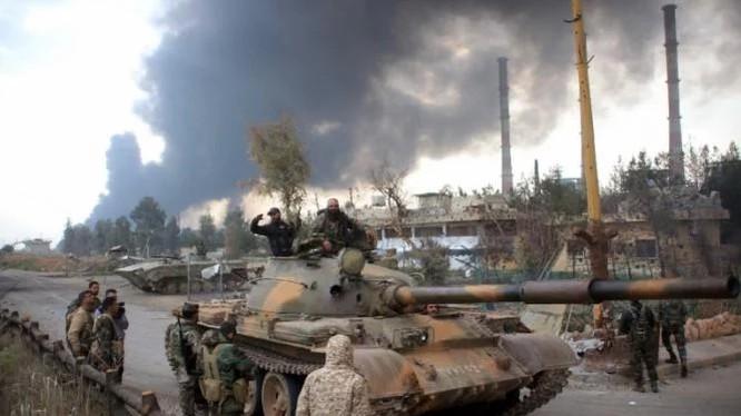 Binh sĩ quân đội Syria chuẩn bị tấn công trên vùng ngoại ô Damascus
