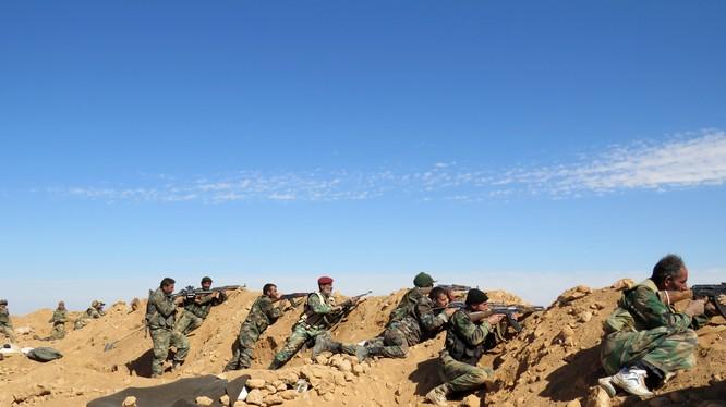 Binh sĩ quân đội Syria trên chiến tuyến phòng thủ thành phố Deir ez Zor