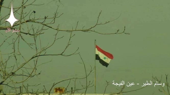 Lá cờ Syria treo cao trong thị trấn