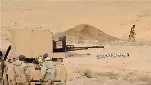Binh sĩ quân đội Syria trên chiến tuyến phòng ngự sân bay T-4 Palmyra