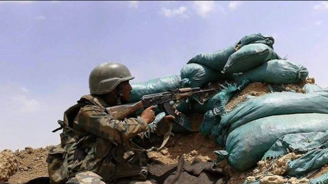 Binh sĩ quân đội Syria phòng thủ trên chiến trường Deir ezZor