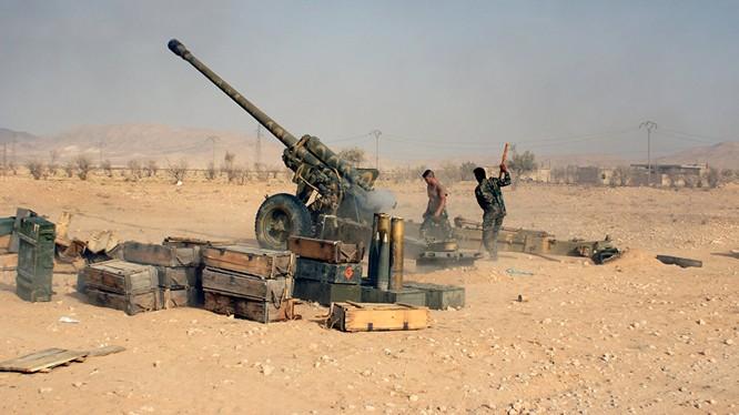 Pháo binh quân đội Syria chiến đấu trên sa mạc tỉnh Homs