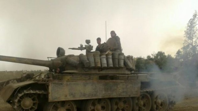 Xe tăng IS tấn công trên chiến trường Deir ezZor