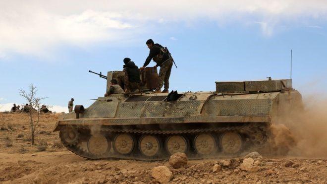 Binh sĩ quân đội Syria tấn công trên sa mạc Palmyra