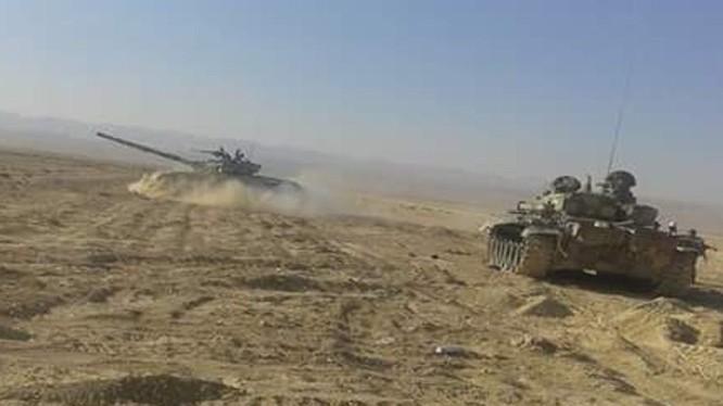 Xe tăng quân đội Syria trên vùng sa mạc tỉnh Homs