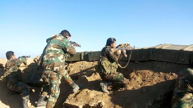 Binh sĩ quân đội Syria phòng ngự trên chiến trường Deir Ezzor