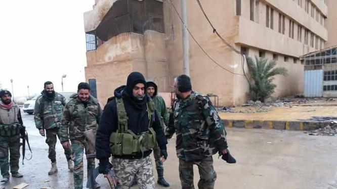 Tướng Issam Zahreddine (đi đầu) cùng các binh sĩ trên đường ra chiến tuyến