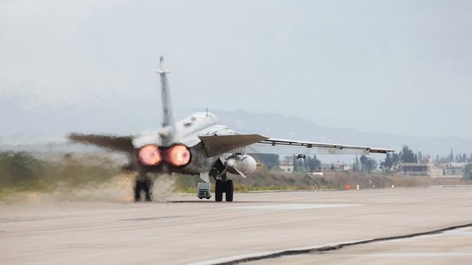 Máy bay ném bom chiến trường Su-24 xuất kích trên căn cứ không quân Hmeymim, Latakia