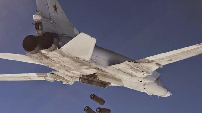 Máy bay ném bom chiến lược Nga Tu-22M3 không kích IS ở Deir Ezzor