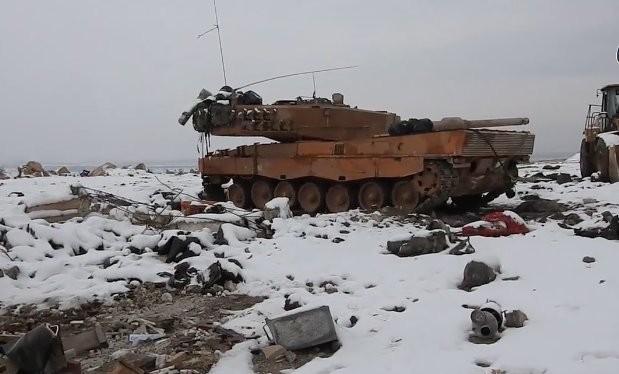 Một xe tăng Leopard - 2 bị hư hỏng trên chiến trường Al-Bab