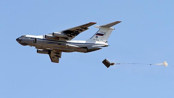 Máy bay vận tải hạng nặng IL-76 thả hàng viện trợ cho quân đội Syria ở Deir Ezzor