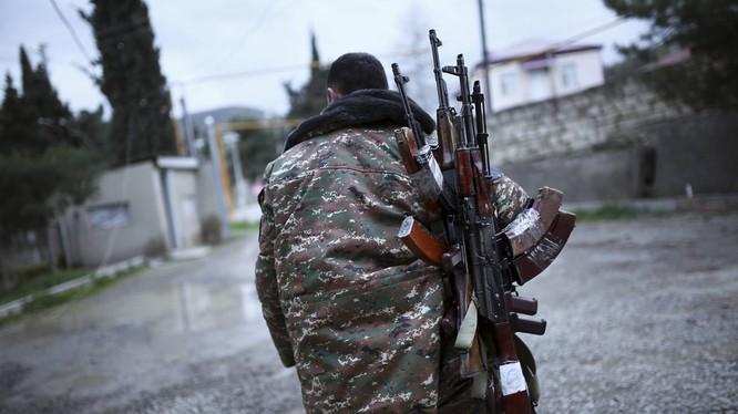 Chiến binh thánh chiến nộp vũ khí đầu hàng ở Wadi Barada, ngoại ô Damascus