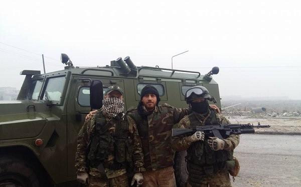 Một đặc nhiệm Nga, đặc nhiệm Syria và một binh sĩ bên chiếc xe đặc chủng trên chiến trường Aleppo