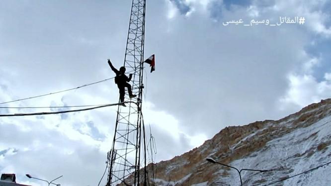 Lá cờ giải phóng của quân đội Syria treo cao trên thị trấn Al-Fijeh thuộc vùng Wadi Barada