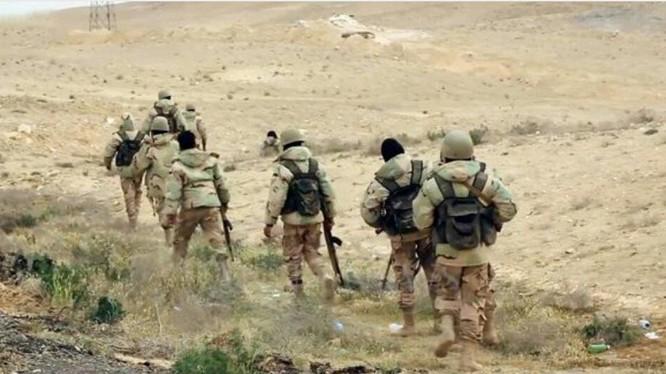 Binh sĩ quân đội Syria tiến công hành tiến trên chiến trường Palmyra