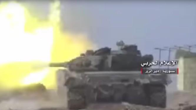 Xe tăng quân đội Syria tấn công trên chiến trường Deir Ezzor